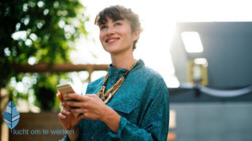 vrouw met iphone werkgeluk